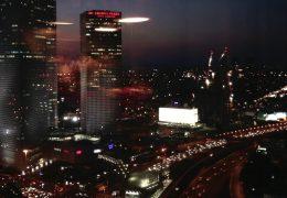 Ночной город сквозь стекло офиса